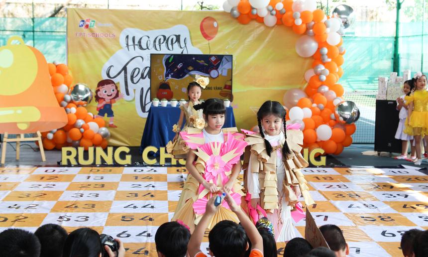 Trường TH&THCS FPT Đà Nẵng tổ chức sân chơi Rung chuông vàng. Lồng ghép vào đó là các tiết mục trình diễn thời trang, các tiết mục văn nghệ do cô và trò nhà trường cùng biên soạn.Thông qua cuộc thi, các em học sinh vừa học thêm nhiều kiến thức bổ ích, vừa hướng các em tìm hiểu về ngày lễ tri ân 20/11.