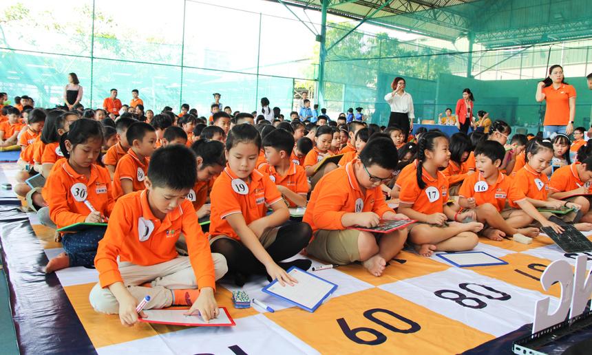 Cô Nguyễn Thị Kiều Ngân, Hiệu trưởng nhà trường, rất vui khi nhìn thấy các hoạt động phong trào hướng về 20/11 được các em hưởng ứng nhiệt tình, dành nhiều thời gian, tình cảm tự tay làm những tấm thiệp gửi tặng đến thầy cô giáo.