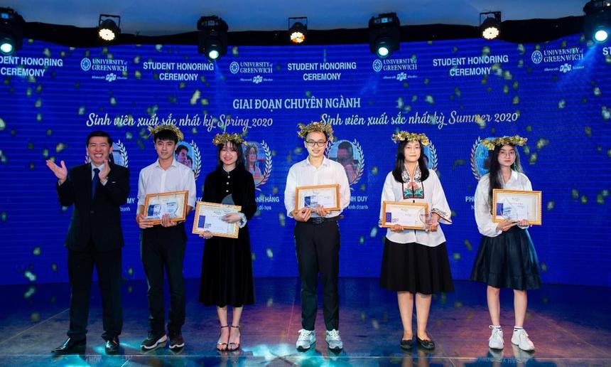 Đại học Greenwich Việt Nam (cơ sở Đà Nẵng) cũng tổ chức Lễ tôn vinh sinh viên học kỳ Spring và Summer 2020. Tại đây, nhà trường đã tổ chức trao 5 danh hiệu sinh viên xuất sắc nhất kỳ thuộc về 5 bạn sinh viên các ngành Quản trị kinh doanh, Thiết kế đồ họa và Công nghệ thông tin. Anh Nguyễn Duy Nghiêm (Giám đốc kiêm Trưởng ban Đào tạo) cho hay, thành tích của các bạn sinh viên cũng chính là món quà tri ân nhân ngày Nhà giáo Việt Nam 20/11. Ảnh: ĐVCC