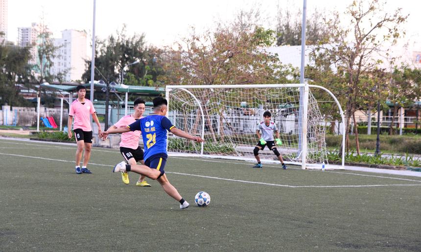 Trong trận mở màn, FPT Telecom có cuộc chạm trán với FPT DPS. Với tư cách là đội đương kim vô địch, FPT Telecom nhanh chóng bắt nhịp trận đấu, chủ động kiểm soát bóng ngay từ đầu.