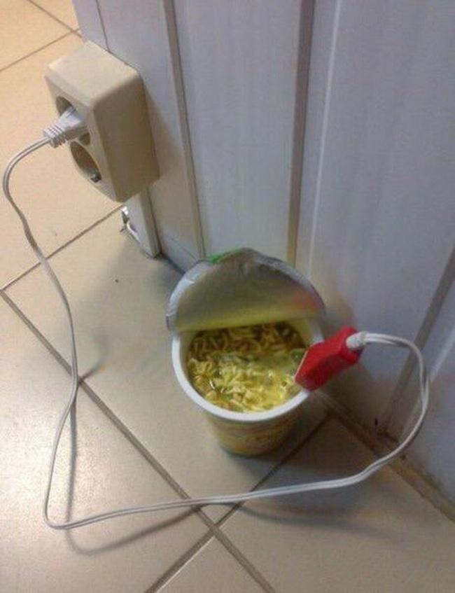 Tuyệt chiêu pha mì tôm khi nhà không có ấm đun nước.