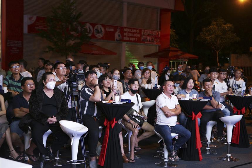 Tối ngày 26/11, FPT Shop tổ chức chương trình giao hàng cho khách tại cửa hàng Khánh Hội (quận 4, TP HCM). Sự kiện thu hút hơn 100 khách hàng tham gia.