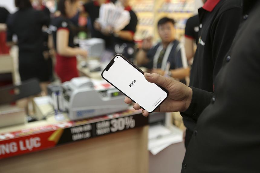 """Khách hàng """"bóc tem"""", khởi động iPhone 12 ngay sau khi nhận máy tại cửa hàng."""