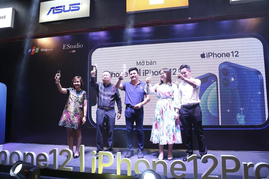 Lãnh đạo của FPT Shop cùng nâng cốc chúc mừng sự kiện iPhone 12 chính thức mở bán ở Việt Nam từ 0h ngày 27/11.
