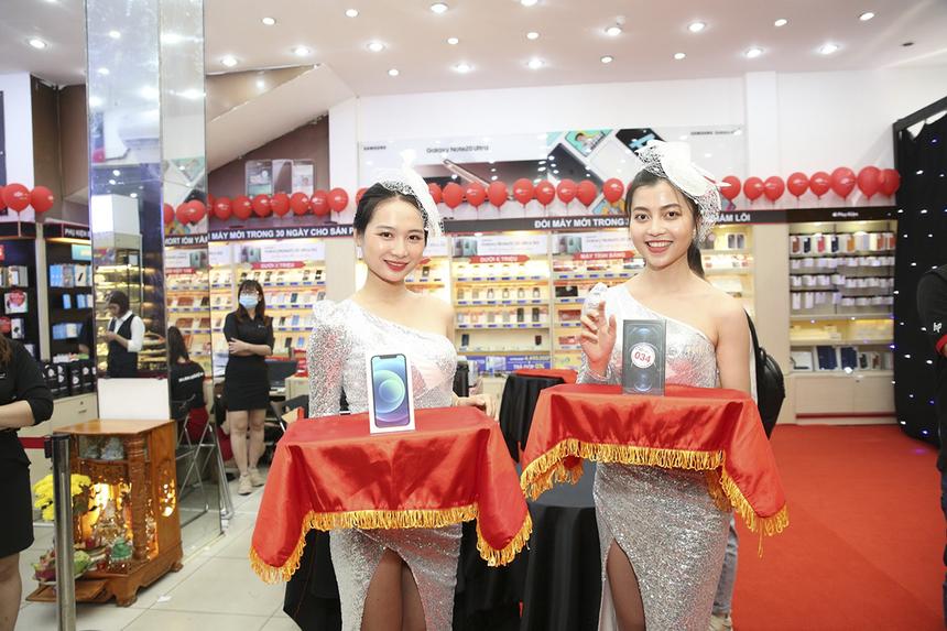 iPhone 12 Series chính hãng lên kệ FPT Shop từ 0h đêm 27/11 với sự kiện mở bán tại cửa hàng 261 Khánh Hội, phường 5, quận 4, TP HCM. Trong đó, iPhone 12 Pro Max và iPhone 12 Pro là hai mẫu máy cháy hàng vì lượng mua quá lớn.