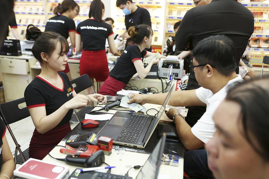 Nhiều khách hàng không yên tâm thanh toán qua thẻ, do sợ bị lỗi nên quyết định thanh toán toàn bộ bằng tiền mặt để nhanh chóng cầm máy trên tay.