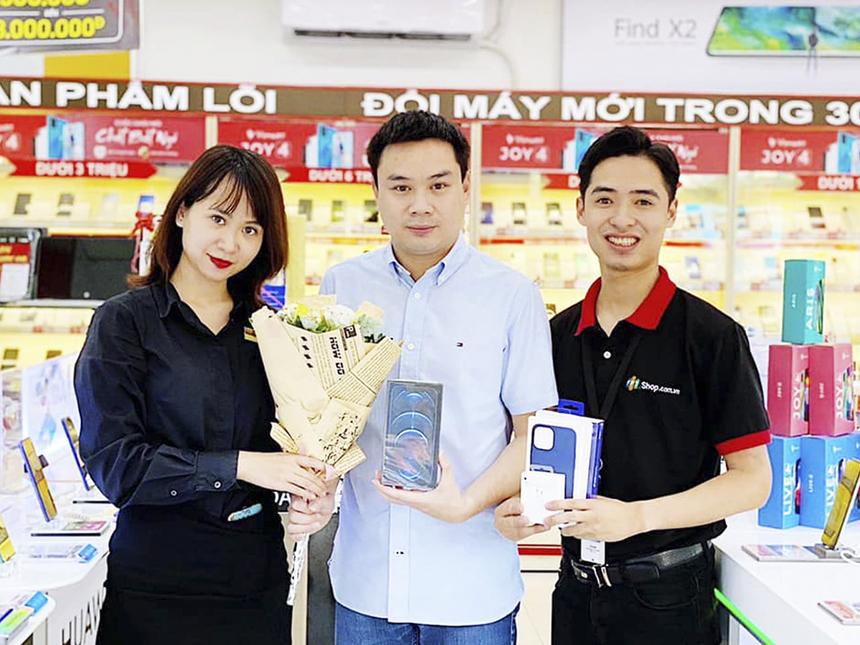 Anh Trần Duy Linh - Phó giám đốc Trung Tâm Quảng cáo, Đài Truyền hình Kỹ thuật số VTC (Đài Tiếng nói Việt Nam) đã trở thành khách hàng sở hữu iPhone 12 series chính hãng sớm nhất ở FPT Shop.