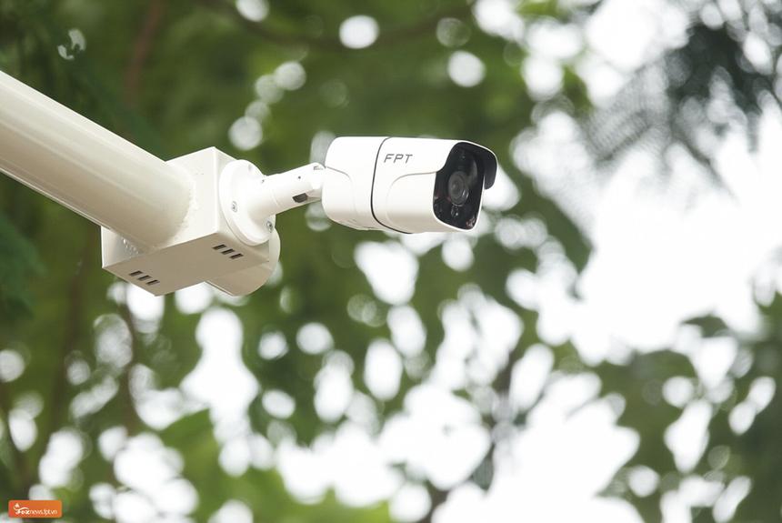 FPT Camera cho góc quan sát rộng tới 106 độ, chuẩn hình ảnh Fullhd 1080p, kết hợp cùng các công nghệ giảm nhiễu, chống ngược sáng và chuẩn nén H265+. Độ nhạy sáng của camera tốt, nhờ có ánh sáng hồng ngoại, nên đáp ứng thu được hình ảnh runner khi xuất phát từ lúc tờ mờ sáng.