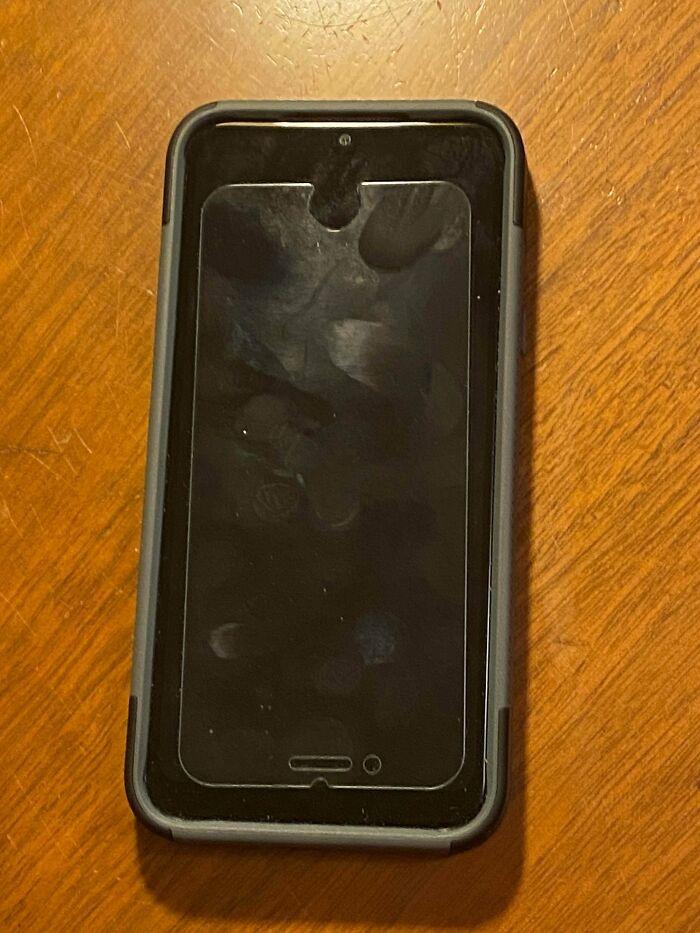 """""""Khách hàng của tôi tiết kiệm quá đà bằng cách lấy kính cường lực của iPhone cũ dán vào iPhone mới""""."""