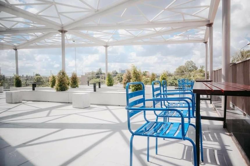 Theo anh Phan Trung - CB phòng CTSV ĐH FPT Cần Thơ - quán cà phê được xây dựng dưới sự quản lý của nhà trường. Trong đó, nhà thầu cung cấp các loại đồ uống cũng như đảm nhận công việc xây dựng, thiết kế là một chuỗi cà phê có tiếng.