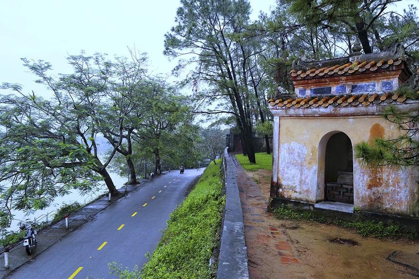 """<p class=""""Normal""""> Chùa được xây dựng vào năm 1601, vào đời chúa Tiên Nguyễn Hoàng. Chùa còn có tên gọi là Linh Mụ, nằm trên đồi Hà Khê, thuộc phường Kim Long, cách trung tâm TP Huế khoảng 5 km về phía tây. Chùa Thiên Mụ có hướng nhìn ra dòng sông Hương, đây được xem là một trong những ngôi chùa cổ nhất ở Huế.</p>"""