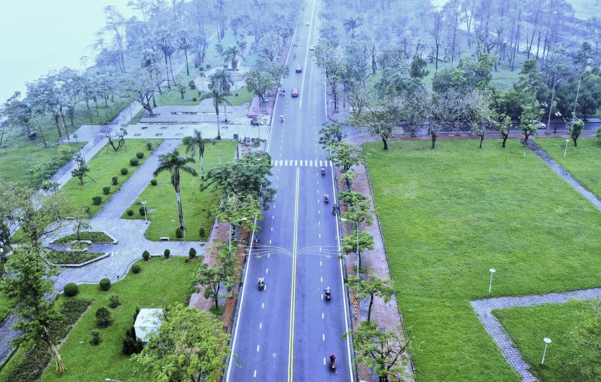 """<p class=""""Normal"""" style=""""text-align:justify;""""> Đường Lê Duẩn nằm bên dòng sông Hương thơ mộng với nhiều cây xanh sẽ là cung đường đẹp của giải chạy sắp tới. Huế là đô thị có mật độ cây xanh cao nhất cả nước, với hơn 64.000 cây xanh trên đường phố, công viên. Nhờ đó, tiêu chuẩn về không khí ở Huế luôn đảm bảo.</p>"""