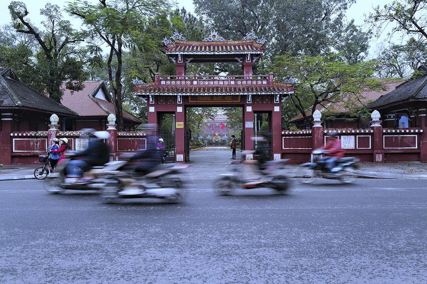 """<p class=""""Normal""""> Một cung đường thú vị khác là Lê Lợi - con đường chạy qua trường Quốc học Huế, Hai Bà Trưng, Bảo tàng Văn hóa Huế với hàng cây long não cổ thụ. Quốc học Huế là trường trung học đầu tiên của Huế xây từ thời vua Thành Thái, vào năm 1896.</p>"""