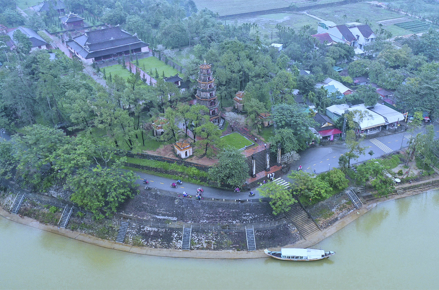 """<p class=""""Normal""""> Cung đường 21 km, 42 km sẽ đi qua chùa Thiên Mụ nằm trên đường Nguyễn Phúc Nguyên, phường Hương Long. Chùa được bao bọc xung quanh bởi một khuôn thành xây bằng đá và gạch mang hình dáng như con rùa. Bước chân vào chùa, du khách bắt gặp ngay biểu tượng tháp Phước Duyên - tòa tháp 7 tầng được xây bằng gạch, cao 21 m.</p>"""