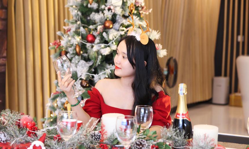 Còn với Dương Linh Linh, cô nàng trở nên xinh ảo diệu khi tạo dáng trong chiếc váy đỏ, cài nơ trên mái tóc.