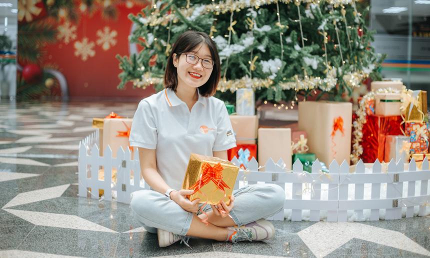 Chị Nguyễn Thị Hương Giang, cán bộ Đại học FPT Đà Nẵng, thích thú khi cây thông Noel đã được nhà trường dựng lên rất sớm. Chị cũng đang háo hức để cùng các đồng nghiệp chào năm mới 2021 cận kề.