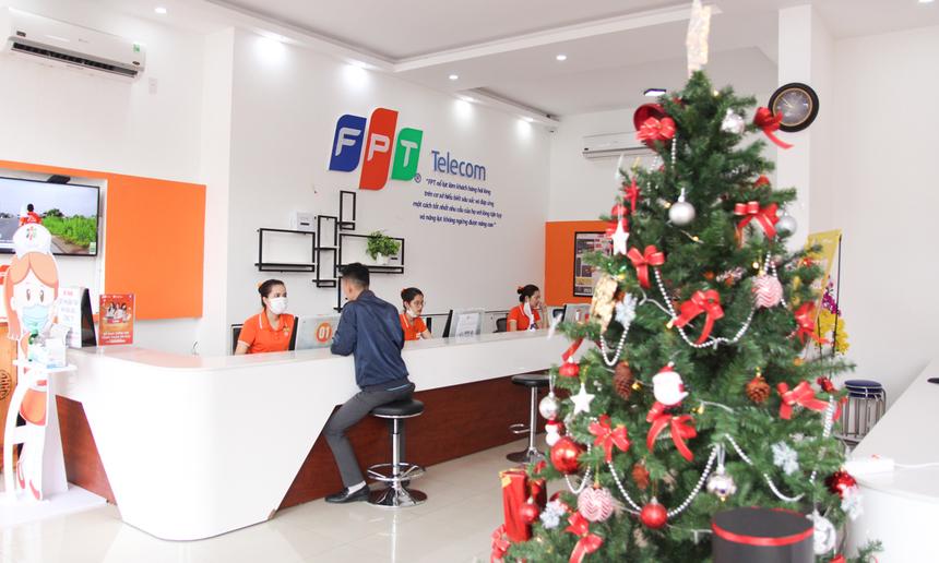 FPT Telecom Đà Nẵng cũng trang trí một cây thông Noel ngay tại khu vực quầy Dịch vụ khách hàng.