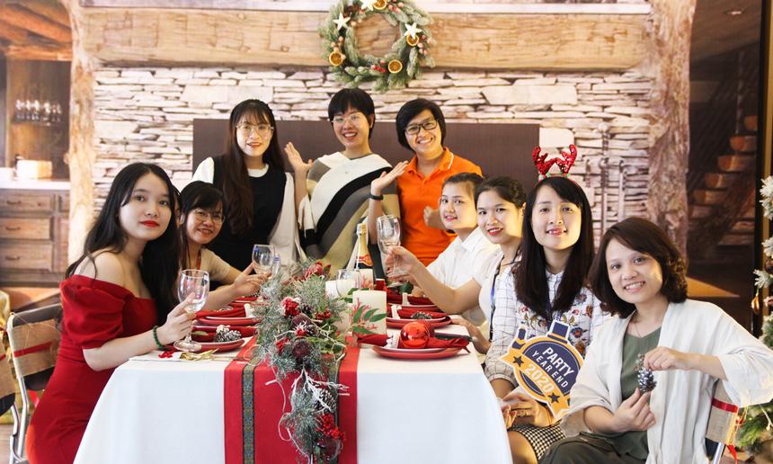 Phần mềm Đà Nẵng dành nguyên một không gian tại sảnh tầng 1 để trang trí đón lễ Giáng sinh. Khung cảnh của một buổi tiệc ấm áp, đằng sau có lò sưởi và rất nhiều phụ kiện dịp Noel khiến các chị em thích thú chụp ảnh.