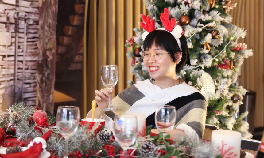 Trong tiết trời se lạnh của Đà Nẵng hiện nay, Nguyễn Lê Thục Nữ rất háo hức để đón Noel và năm mới 2021. Bộ quần áo cũng được chị chọn màu trắng làm chủ đạo, để trông giống với dịp Giáng sinh hơn, chị bật cười.