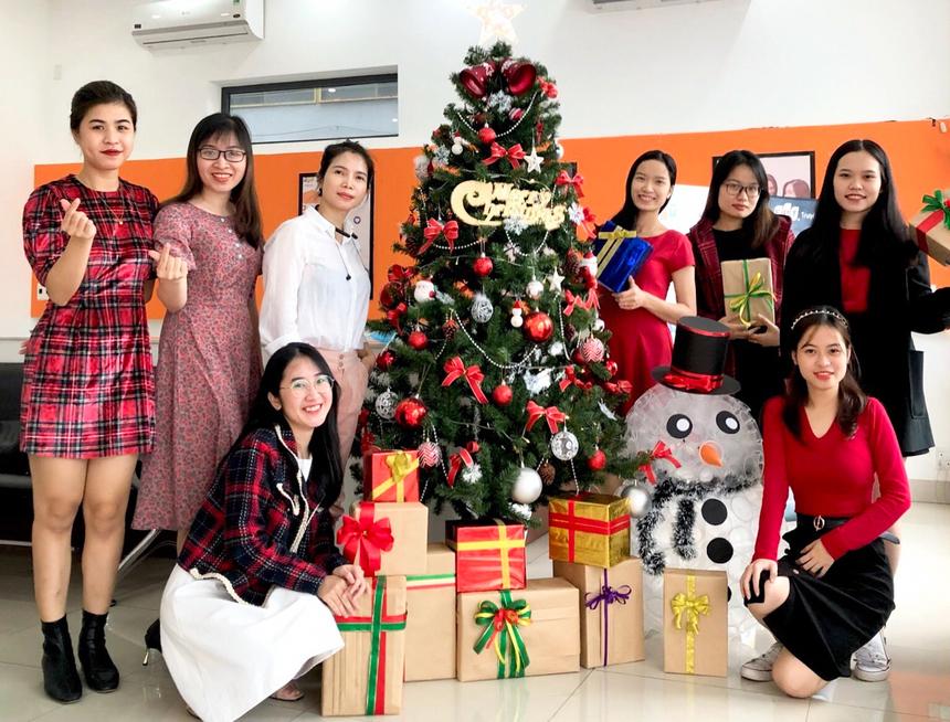 Không đầu tư quá nhiều, song các chị em chi nhánh Đà Nẵng vẫn rất thích thú chụp ảnh, khoe lên mạng xã hội. Ảnh: Hải Yến