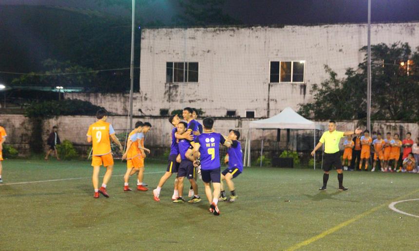 Bước vào hiệp 1, các cầu thủ FPT Telecom đã cho thấy bản lĩnh của một nhà đương kim vô địch. Phút thứ 2 của trận đấu, từ một pha cắt bóng ở giữa sân, cầu thủ số 7 Đặng Hưng Thịnh nhanh chóng nhận ra sơ hở của hàng thủ. Anh tung cú sút xa đẹp mắt hạ gục thủ thành đối phương, mở tỉ số cho FPT Telecom.