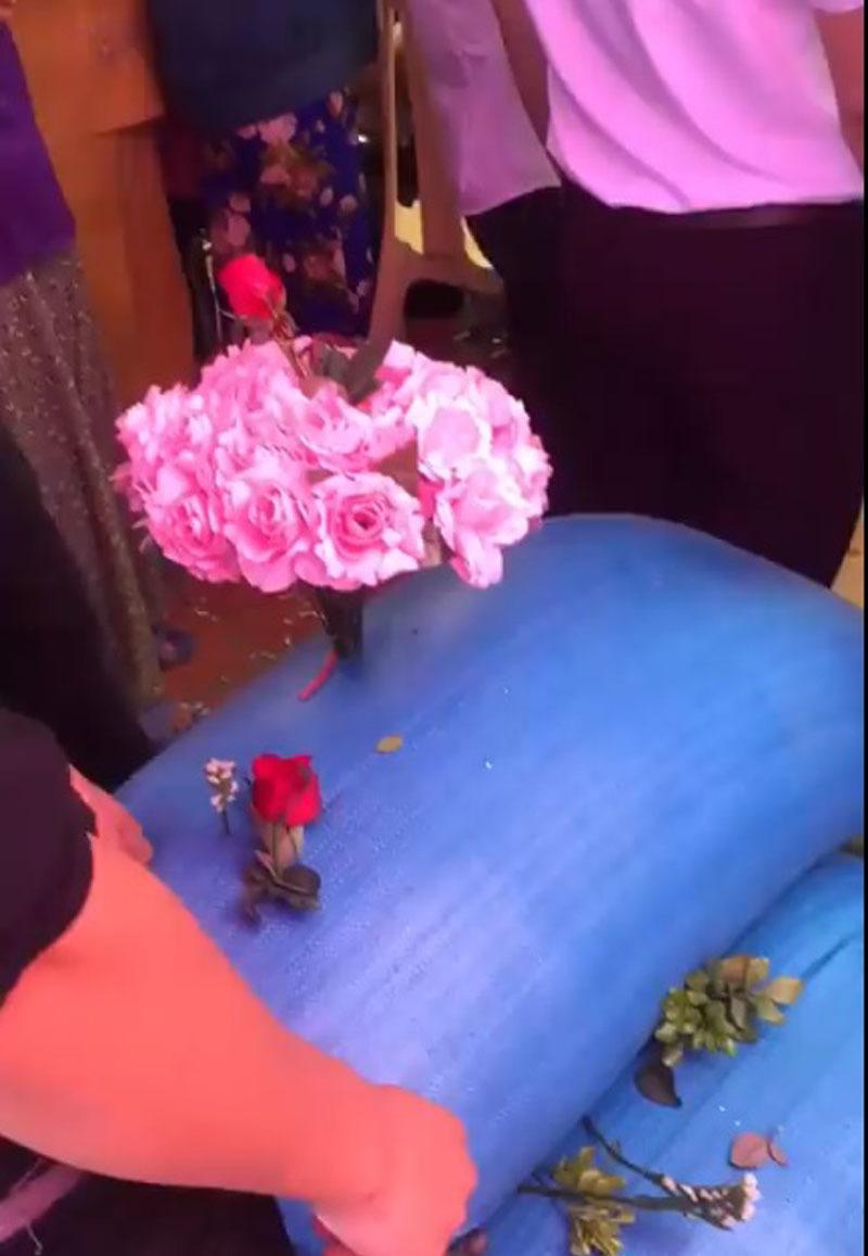 Tụi tôi quan tâm đến bữa ăn của hai bạn, mừng cưới ba bao thóc to, được trang trí hoa lá đàng hoàng. Bất ngờ chưa cô dâu chú rể ơi...
