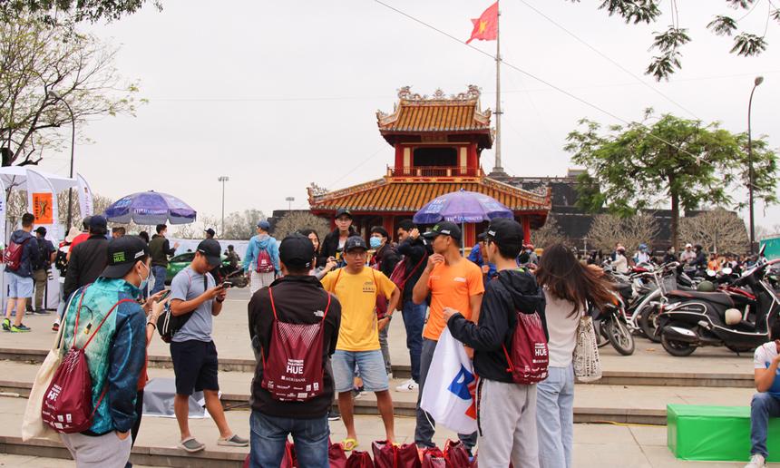 Chiều 26/12, đông đảo runner nhà F đã tập trung về Phu Vân Lâu - địa điểm chính diễn ra giải chạy VnExpress Marathon Huế 2020, để ghi danh, nhận bib, race-kit,...
