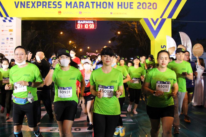Sáng ngày 27/12, gần 5.000 vận động viên (VĐV) đã chính thức bước vào 4 đường chạy tại giải VnExpress Marathon lần đầu tiên tổ chức tại Huế. Cự ly 42 km xuất phát lúc 4h50; cự ly 21 km xuất phát lúc 5h30; cự ly 5 km xuất phát lúc 5h50 và cự ly 10 km xuất phát vào lúc 6h.