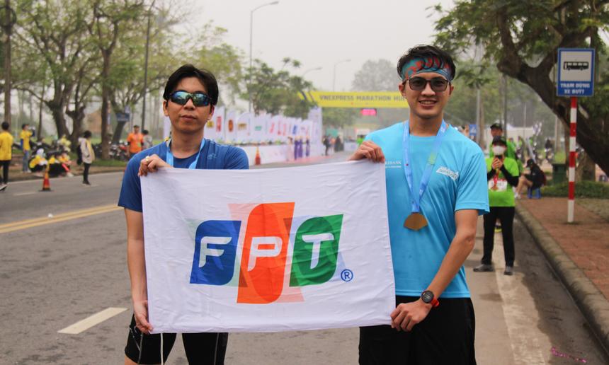 Hiệp hội FPT Run cũng bố trí người chuẩn bị cờ ở gần vạch đích, sẵn sàng đưa cho các VĐV để ăn mừng chiến thắng. Anh Trần Phi Long đánh giá, Hiệp hội đã đưa các đồng nghiệp gần nhau hơn, giúp chạy bộ ngày càng trở nên chuyên nghiệp tại nhà F.