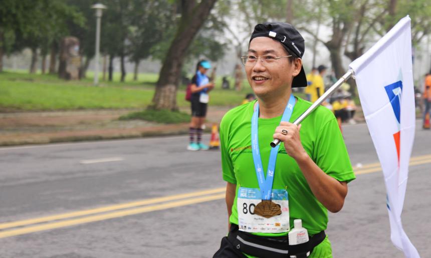 Anh Phạm Đình Thìn (FPT Telecom) ăn mừng thành tích 21 km. Sở trường của anh là môn cầu lông nhưng khi biết giải chạy marathon sẽ được tổ chức tại Huế, anh Thìn không ngần ngại thử sức.