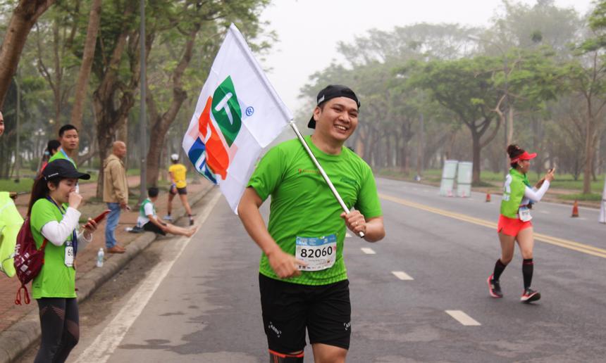 """""""Thánh đi bộ"""" nhà F Nguyễn Quốc Tuyên (FPT Telecom) cũng tham gia ở cự ly bán marathon 21 km. Việc chấn thương ở chân khiến anh không đặt nặng thành tích khi tham gia giải. """"Tôi muốn đây là một trải nghiệm nhiều hơn"""". Sau đi bộ, đạp xe và giờ là chạy marathon, Nguyễn Quốc Tuyên đang là cái tên thể thao nổi trội của nhà """"Cáo""""."""