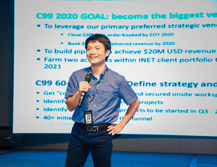 1.Nâng tầm vị thế cạnh tranh toàn cầu Tại đấu trường quốc tế, FPT đã nâng tầm vị thế khi cạnh tranh sòng phẳng, vượt qua hàng trăm công ty IT tên tuổi để trở thành đối tác ưu tiên tại các dự án của nhiều khách hàng như: hãng ô tô lớn hàng đầu tại Mỹ với hợp đồng trị giá 150 triệu USD; giành hợp đồng 100 triệu USD trong vai trò tư vấn và triển khai chuyển đổi số cho Tập đoàn Dầu khí quốc gia Malaysia hay trở thành đối tác công nghệ chiến lược của hãng đồ uống lớn nhất thế giới tại Nhật… Ảnh anh Trần Văn Dũng, Giám đốc đơn vị phần mềm chiến lược FHM (FPT Software) trong buổi chia sẻ về dự án lớn C99. Hồi tháng 7, thành quả này được Chủ tịch FPT Trương Gia Bình trao tặng Sao Chiến công hạng Nhất cùng mức thưởng 40 triệu đồng.