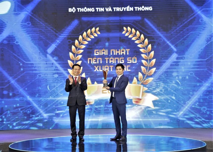 4. Giải thưởng và vinh danh trên thế giới Năm 2020 ghi nhận dấu ấn với nhiều sản phẩm và dịch vụ chuyển đổi số của hệ sinh thái Made by FPT được công nhận đẳng cấp toàn cầu. akaBot, akaChain và Cloud MSP là những sản phẩm đầu tiên và duy nhất của Việt Nam được đưa vào danh sách Gartner Peer Insights dành cho các sản phẩm quốc tế uy tín. akaBot còn được xướng danh tại nhiều bảng xếp hạng uy tín quốc tế như: Top 6 nền tảng RPA phổ biến trên thế giới (Software Review), Top 30 Nền tảng RPA tại Nhật Bản (RPA Hack). FPT.AI cũng giành ngôi quán quân cuộc thi Xử lý Ngôn ngữ tự nhiên SHINRA-ML 2020 tại Nhật Bản. Trong khi đó, FPT.EagleEye Checkpoint Functions trở thành sản phẩm Bảo mật đầu tiên của Việt Nam được đăng tải trên IBM X-Force Marketplace. Trong nước, các giải pháp Made by FPT được vinh danh tại nhiều giải thưởng cấp quốc gia như: Make in Viet Nam, Smart City Awards, Sao Khuê... Ảnh Bộ trưởng Thông tin và Truyền thông - Nguyễn Mạnh Hùng trao giải Sản phẩm số xuất sắc cho anh Bùi Đình Giáp - Giám đốc sản phẩm akaBot tại Lễ trao giải thưởng Sản phẩm công nghệ số Make in Viet Nam.