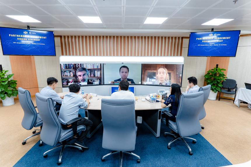 6. Ký kết, hợp tác với Viện nghiên cứu trí tuệ nhân tạo hàng đầu Mila Với định hướng chiến lược trở thành nhà cung cấp dịch vụ chuyển đổi số hàng đầu, FPT đã tập trung đẩy mạnh nghiên cứu phát triển công nghệ lõi mới như: AI, dữ liệu lớn, điện toán đám mâ), robot phần mềm tự động hóa... Tháng 6/2020, FPT chính thức ký kết hợp tác chiến lược với Viện Nghiên cứu Trí tuệ nhân tạo (AI) hàng đầu thế giới Mila và trở thành tập đoàn công nghệ đầu tiên tại khu vực Đông Nam Á đạt được thỏa thuận này. Trong giai đoạn 2020 - 2023, FPT nâng cao năng lực công nghệ cho nguồn nhân lực và từng bước xây dựng Trung tâm Nghiên cứu AI đầu tiên của Việt Nam đạt tiêu chuẩn quốc tế. Ảnh lễ ký kết được diễn ra hoàn toàn trên nền tảng trực tuyến.