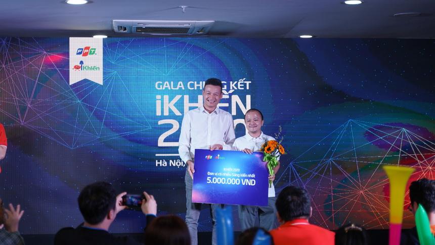 """Với hơn 500 sáng tạo được cập nhật, BTC quyết định trao tặng FPT Software giải thưởng """"Đơn vị có nhiều sáng kiến nhất"""", trị giá 5.000.000 đồng. Anh Phạm Hữu Chung là đại diện đơn vị nhận phần thưởng."""