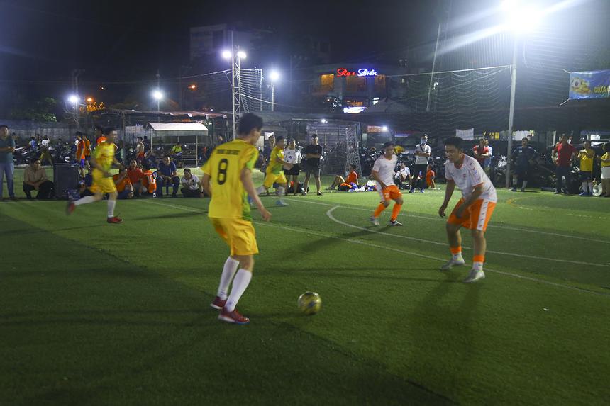 Dù có thời lượng kiểm soát bóng thấp hơn đối thủ nhưng những pha phản công của SG3 tỏ ra vô cùng lợi hại. Đội bóng áo vàng nhanh chóng vươn lên dẫn trước 2-0 chỉ sau 10 phút thi đấu với cú đúp của số 8 Võ Minh Thành.