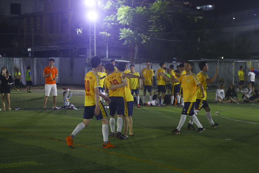 SG1 tỏ ra xuống tinh thần sau bàn thua thứ hai. Dù trận đấu được bù giờ khá nhiều nhưng SG1 vẫn không thể xoay chuyển thế trận. Trận chung kết giải bóng đá vùng 5 FPT Telecom khép lại với chiến thắng 2-0 nghiêng về SG11.