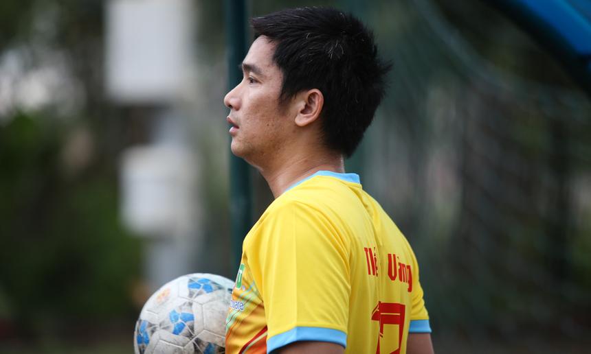 Anh Thi Nhược Kim có gần 6 năm chơi bóng cho đội tuyển công ty. Ở tuổi 39, anh vẫn rất sung sức để cạnh tranh sòng phẳng với thế hệ đàn em. Với anh, được xỏ giày ra sân và giành chức vô địch là điều vinh hạnh nhất.