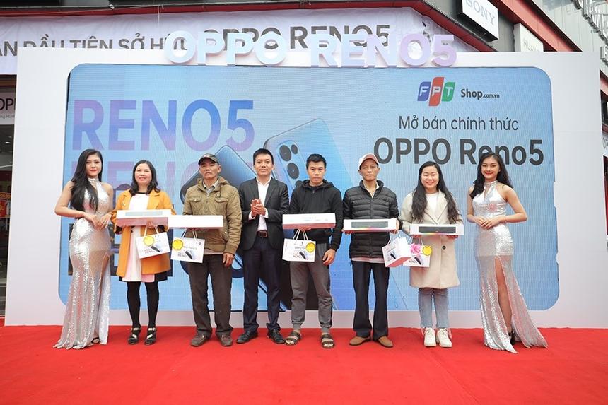 Sáng ngày 10/01, FPT Shop Nguyễn Văn Linh (Đà Nẵng) là một trong những cửa hàng mở bán Oppo Reno5 sớm nhất với nhiều hoạt động sôi nổi. Đặc biệt, 50 khách hàng đầu tiên đến nhận máy Reno5 tại sự kiện mở bán còn được tặng thêm phiếu mua hàng trị giá 1 triệu đồng.
