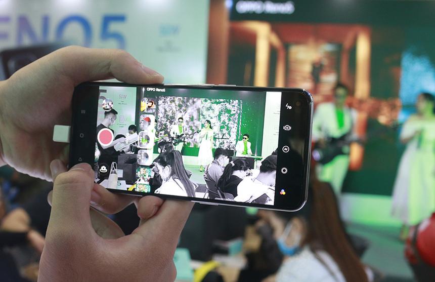 Điểm nổi bật của Reno5 là bộ 4 camera sau 64 magepixel và camera selfie 44 megapixel mang đến nhiều trải nghiệm nhiếp ảnh di động độc đáo, mới lạ như quay video phơi sáng kép, video hiển thị kép và video siêu quay đêm. Công nghệ trí tuệ thông minh AI còn được tích hợp mang đến nhiều phong cách chụp hình sáng tạo cho người dùng. Oppo ứng dụng sạc siêu nhanh 50W vào Teno5, giúp sạc đầy 100% pin chỉ trong 48 phút. Cùng với đó là hệ thống sạc 5 lớp an toàn, nhanh chóng và được chứng nhận bởi TUV Rheinland.