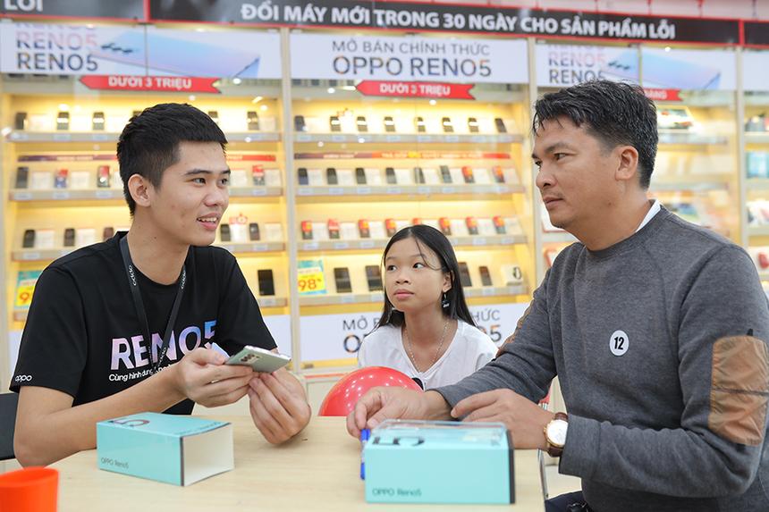 Ông Nguyễn Văn Nam - Giám đốc Kinh doanh Oppo Việt Nam cho biết Reno5 đã đạt doanh số thành công vượt kỳ vọng của hãng. Thiết kế bắt xu hướng, camera hấp dẫn giới trẻ, sạc nhanh 50W và màn hình siêu mượt 90Hz... đã tạo nên sức hút của sản phẩm. Còn đại diện FPT Shop nhìn nhận Reno5 đã đáp ứng tốt nhu cầu mua sắm cuối năm khi tung ra chương trình ưu đãi và trả góp 0%, giúp người dùng thêm cơ hội sở hữu những sản phẩm giá tốt, thiết kế đẹp khi mùa lễ Tết cận kề.