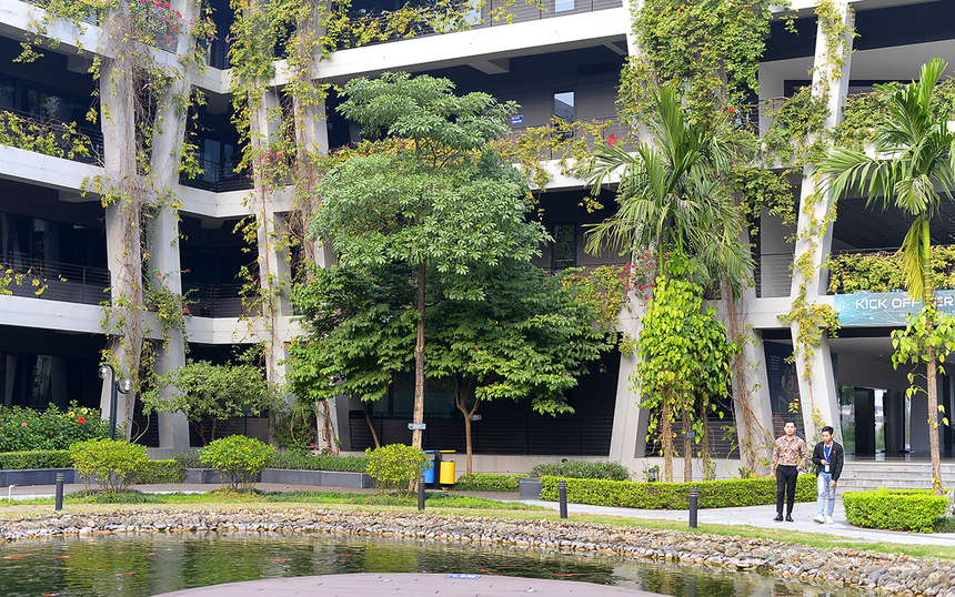 FPT Software tại Hòa Lạc (F-Ville 1 và F-Ville 2) được xây dựng theo mô hình campus cùng nhiều cây xanh, cảnh quan thân thiện với môi trường.Bên cạnh đó, các yếu tố thiên nhiên - môi trường là các nhân tố rất quan trọng trong ý tưởng thiết kế. Từ tầng hầm lên đến tầng mái đều thể hiện rõ ý tưởng về thông gió, chiếu sáng tự nhiên, tận dụng năng lượng mặt trời, tái sử dụng nước mưa, vật liệu thân thiện với môi trường...Tất cả nhằm làm nổi bật Làng Phần mềm như một ví dụ điển hình về công trình kiến trúc xanh, một không gian làm việc đầy bình yên.