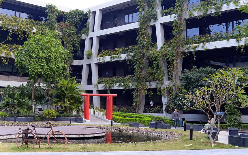 """Chỉ cách Hà Nội 45 phút đi ô tô, F-Ville hiện lên như một điểm nhấn xanh tươi hoàn hảo giữa không gian Khu công nghệ cao Hòa Lạc.Với kỳ vọng mang đến cho các lập trình viên một không gian làm việc sáng tạo và thân thiện, F-Ville được thiết kế theo phương án tối ưu hóa các yếu tô thiên nhiên - môi trường nhằm tạo ra một """"tòa nhà văn phòng xanh"""" với hệ thống cây xanh có mặt ở hầu hết các khu vực của tòa nhà."""