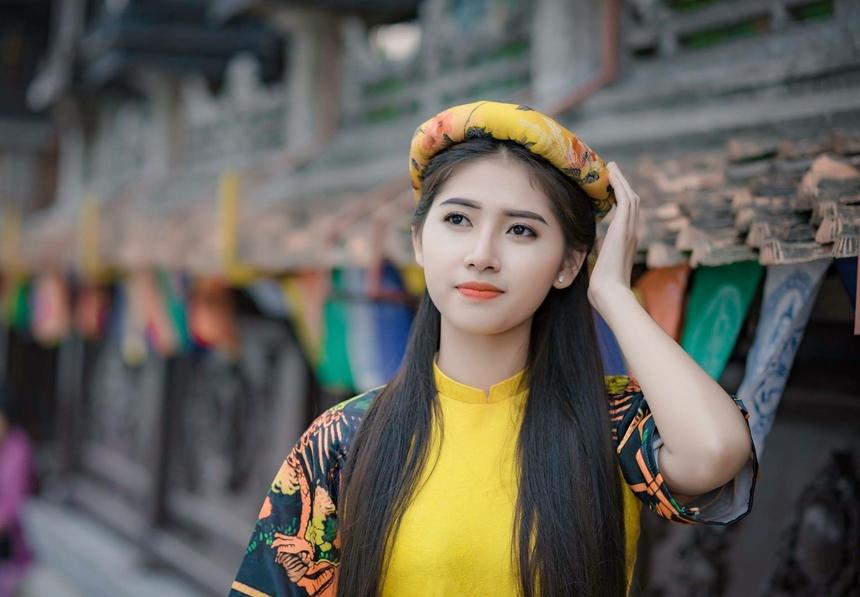 """Phạm Thu Uyên Phạm Thu Uyên - sinh viên K12 Đại học FPT chính là cái tên """"đình đám"""" trong thời gian qua khi lọt Top 15 thí sinh Miền Bắc và Top 41 thí sinh của vòng chung kết cuộc thi Hoa khôi Sinh viên Việt Nam 2020.Không chỉ sở hữu gương mặt xinh đẹp, nữ sinh Đại học FPT còn vô cùng năng động, tài giỏi khi đi làm và tự lập từ sớm với bảng thành tích siêu khủng. Suốt 12 năm học phổ thông Thu Uyên đều đạt danh hiệu học sinh giỏi và đạt giải cao trong nhiều cuộc thi. Cô cũng xuất sắc giành được suất học bổng 70% của Đại học FPT và suất học bổng du học 50% tại Hàn Quốc.Tuy nhiên, Thu Uyên đã lựa chọn Đại học FPT thay vì đi du học vì tin tưởng môi trường đào tạo chất lượng cao cũng như đã """"trót yêu"""" ngôi trường này từ lúc nào không hay."""