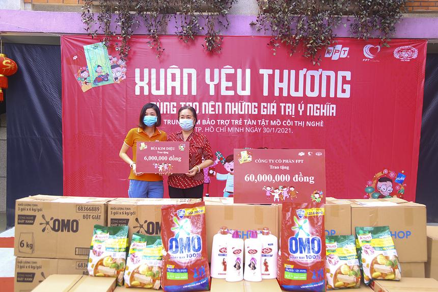 Chị Bùi Kim Diệu (Synnex FPT) cũng trao tặng số quà trị giá 6 triệu đồng cho đại diện Trung tâm.