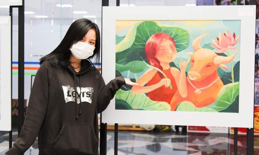 """Từ nhỏ đã rất đam mê vẽ tranh, Phan Tôn Quỳnh Hân, sinh viên khoa Mỹ thuật số, cho biết đây là lần đầu tiên bản thân có một tác phẩm hoàn chỉnh, được trưng bày trang trọng tại triển lãm. Hân cảm thấy rất tự hào vì """"giấc mơ"""" thuở bé đã được thực hiện. Cô nàng mất khoảng 1 tuần cho bức tranh đầu tay."""