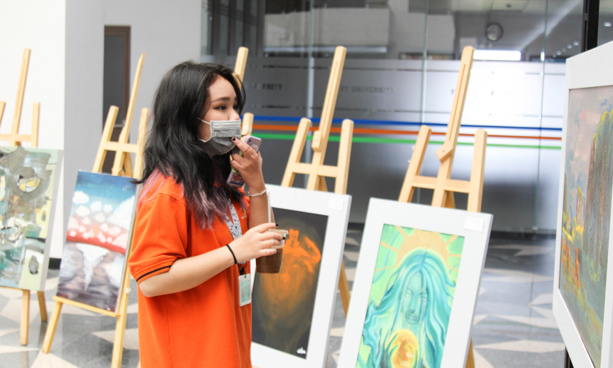 Trong không khí cận Tết, sự kiện thu hút sự quan tâm rất lớn từ các sinh viên nhà F. Tuy lần đầu được tổ chức, song triển lãm được nhìn nhận đã thành công về cả chuyên môn lẫn học thuật.