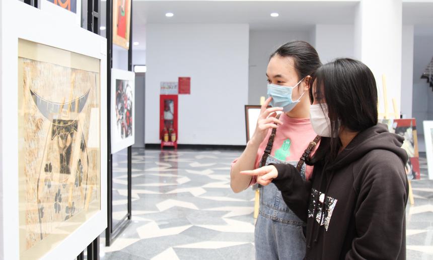 Song song với việc đào tạo mỹ thuật số (digital art) - sử dụng kỹ thuật chủ yếu trên máy tính, triển lãm lần này mong muốn đưa sinh viên tự tay vẽ tranh, nhìn nhận lại giá trị cốt lõi của nghệ thuật truyền thống.