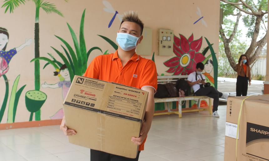 """Có một ngày làm việc vất vả nhưng nhận về nhiều niềm vui, Huỳnh Văn Bình, nhân viên Tổ chức giáo dục FPT, hy vọng sẽ có thật nhiều những chương trình tương tự, sẻ chia với các em nhỏ có hoàn cảnh khó khăn. """"Chúng tôi rất mong sẽ sớm trở lại với các em nhỏ Trung tâm Hoa Mai""""."""