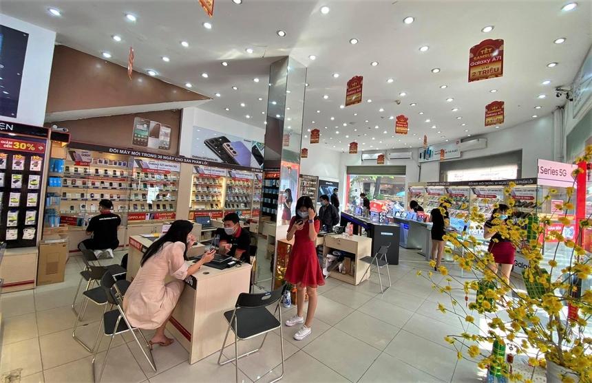Nhà Bán lẻ là đơn vị duy nhất làm việc xuyên Tết với các cơ sở của hiệu thuộc FPT Long Châu. Chuỗi cửa hàng FPT Shop cũng bắt đầu hoạt động trở lại từ ngày mùng 4 Tết. Tuy nhiên bộ phận văn phòng thì vẫn duy trì chế độ WFH và chỉ có một số bộ phận thật sự cần thiết mới đến làm việc từ ngày hôm nay. Nhân viên tất cả hệ thống cửa hàng của nhà Bán lẻ và khách hàng được yêu cầu mang khẩu trang, dùng nước rửa tay khử khuẩn trước khi vào cửa hàng và giao tiếp.